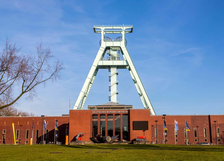 Deutsches Bergbau Museum Bochum, Fördergerüst über dem Hauptgebäude,