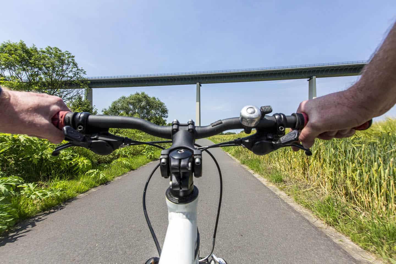 Ruhrtalradweg, Radfahren auf dem Leinpfad entlang der Ruhr zwischen Essen-Kettwig und Mülheim