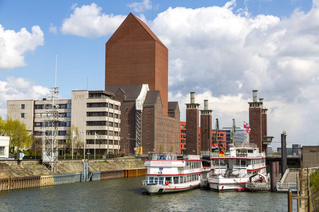 Landesarchiv Nordrhein Westfalen im Innenhafen von Duisburg, Archivturm, Schwanentor Brücke, Anleger der Hafenrundfahrt,