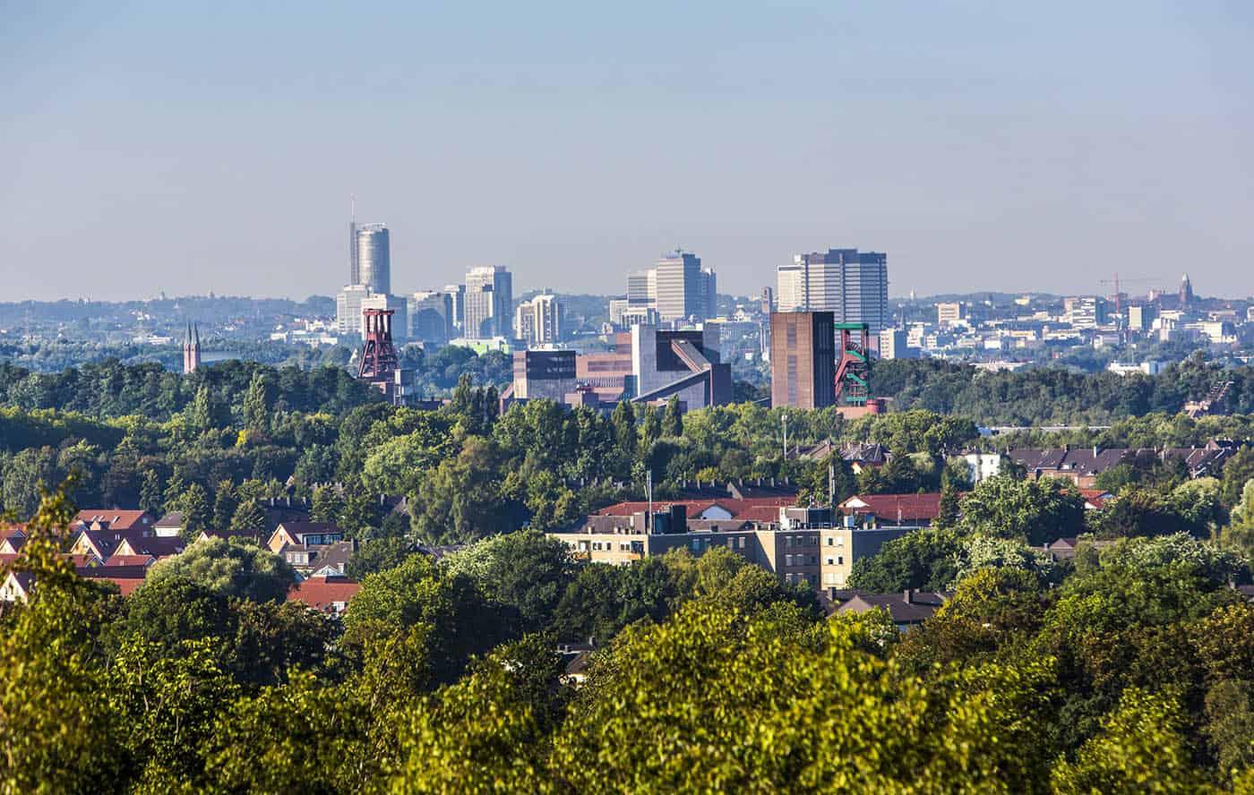 Skyline von Essen, vorne die Zeche Zollverein, Weltkulturerbe, dahinter die Hochhäuser der Innenstadt, mit dem Rathaus, rechts, RWE Tower, links,